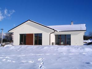 navrhujeme si fasadu..asi vyhráva biela s obkladom imitácie dreva orech