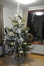 Stromeček, konečně ten náš, ale prozatím ještě nedokončený.