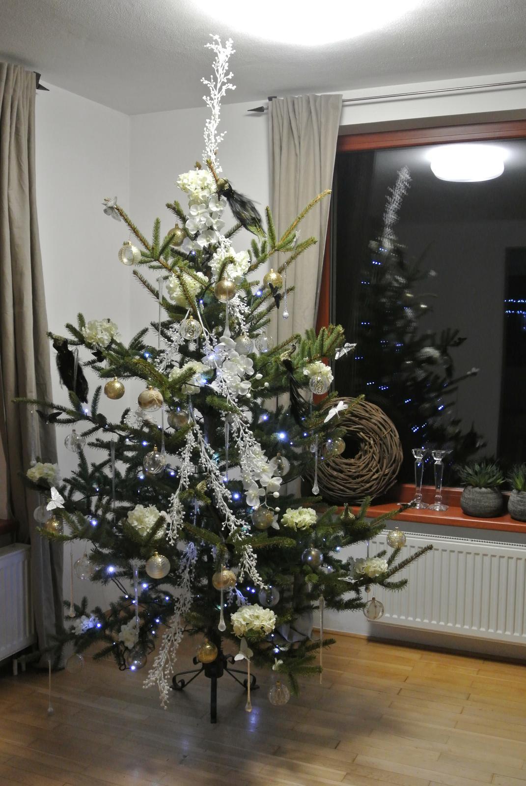 U nás a moje dekorace - Stromeček, konečně ten náš, ale prozatím ještě nedokončený.