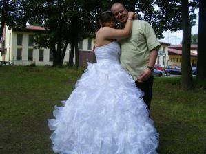 můj manžel!!! v jedné ruce má svojí manželku a v druhé ruce další ze svých největších lásek PIVO :D