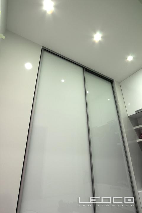 Elegantný a mierne futuristický návrh LED osvetlenia v bytovej jednotke. - Elegantný a mierne futuristický návrh LED osvetlenia