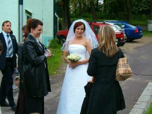 S kamaradkou z VS, mela svatbu 3.6. Druha kamaradka na fotce se vdava tyden po nas. A to jsme se nedomlouvaly :-)