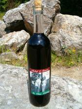 Nase svatebni vino s etiketami vlastni vyroby