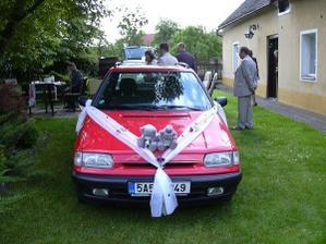 Naše ozdobené autíčko, se kterým jsme jeli společně na obřad