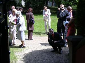 Svatebčané čekají až se po obřadu vyfotíme v kapličce