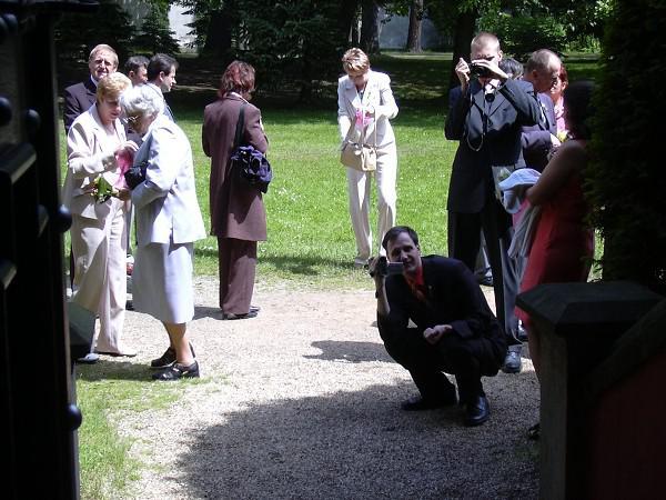 Danuška{{_AND_}}Vítek - Svatebčané čekají až se po obřadu vyfotíme v kapličce