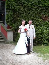 Novomanželé s nejmladším svatebčanem