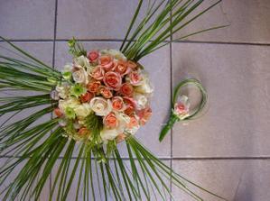 krásná kytka... protože má ženich světlý oblek budu muset tu zelenobílou kytku něčím oživit-třeba do růžova(oranžova)