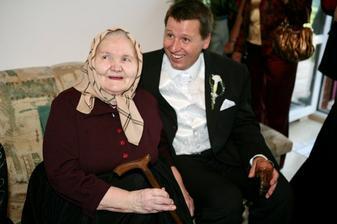 Spokojná babka - veď jej vnuk má tú najlepšiu nevestu na svete:-)))