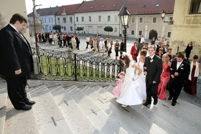 Jana Brezníková{{_AND_}}Martin Martinus - Sprievod počkal, kým sa družičke Natálke podarilo prelúskať schody:-)