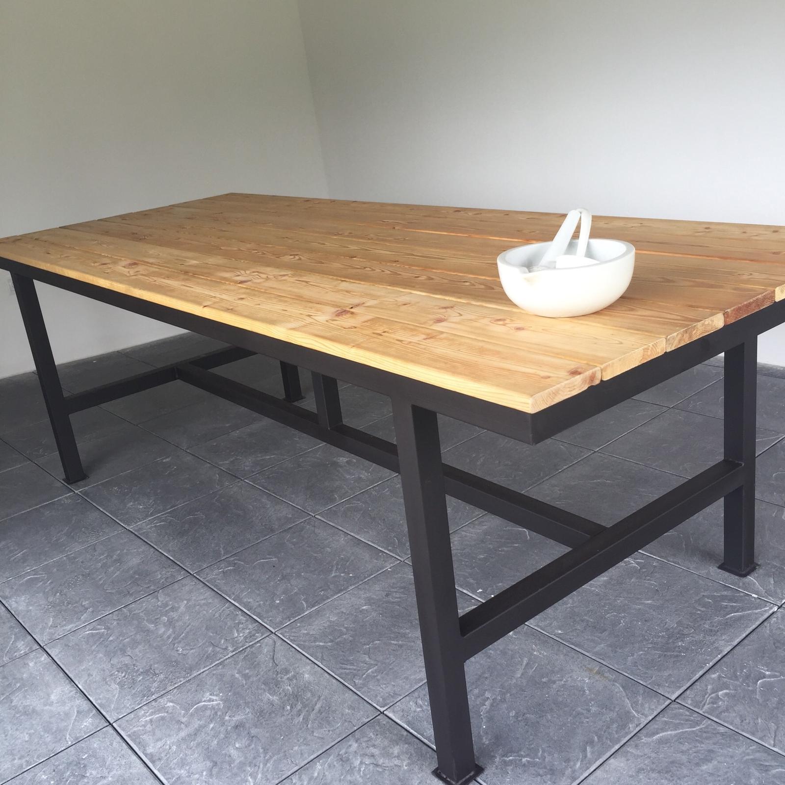 Dům už máme postavený, teď z něho děláme DOMOV - Nový stůl v zahradním domku. Už jen lavice 😉