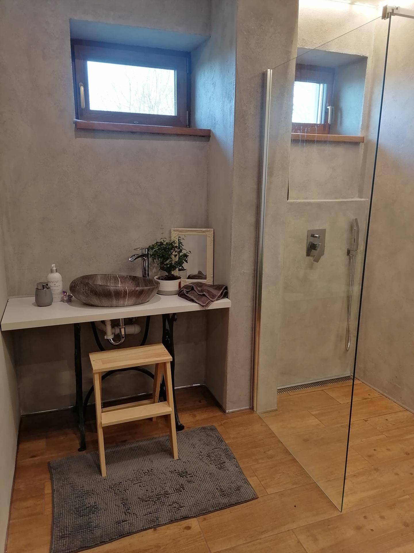 Náš český farmhouse ❤️ - Spodní koupelna v procesu. Umyvadlová deska jen provizorní, bude z ořechového dřeva.