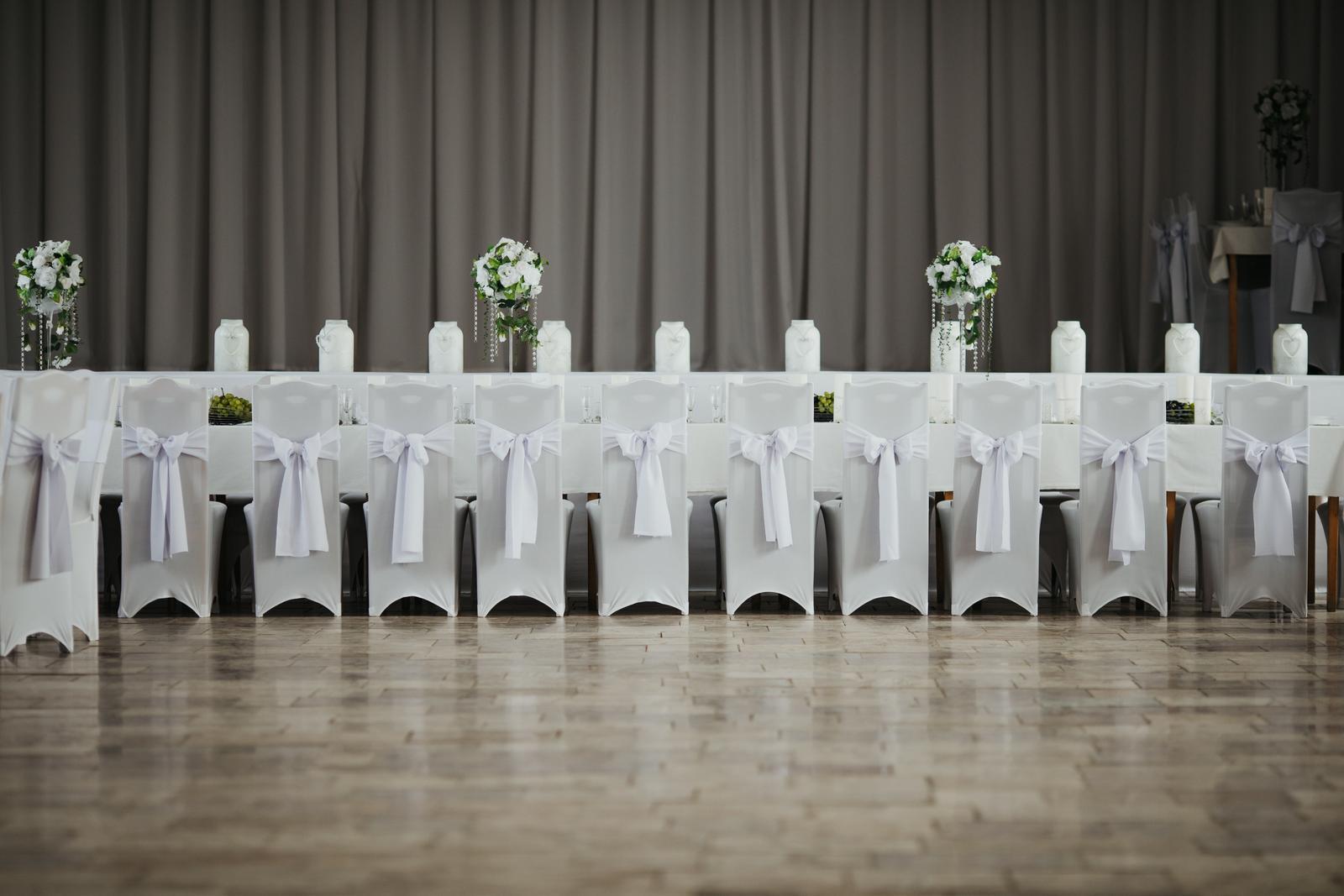 Naša výzdoba - náš najkrajší deň :-) - Jeden dlhokánsky stôl pre družbov a družičky :-)