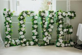 LOVE, vysoké písmena ako výzdoba na chodbe :-)