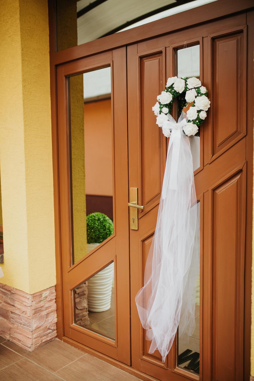 Naša výzdoba - náš najkrajší deň :-) - U nevesty na dverách domu :-)