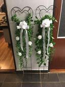 Kovové zapichovadlá s dekoráciou bielych ruží,