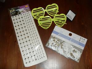 úlovky :-))  ozdôbky na stôl z KIKu, okuliariky na fotenie tiež KIK + nálepky, ktoré niekde využijem :D