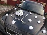 1050,-Svatební dekorace na auto obsahuje 1ks dekorace ve tvaru srdce na přední kapotu (délka cca. 70 cm) 12ks růží pro libovolné umístění na autě (např.přední kapota,zadní sklo atd.) 4ks růží na kliky u dveří