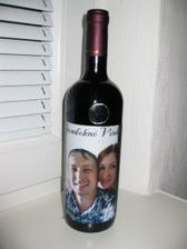 jeden z našich prvých svadobných darov...archívne vínko s našou fotkou...