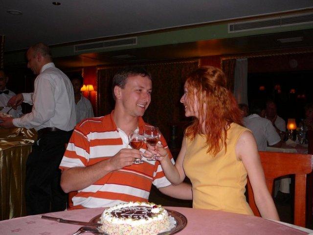 Danjelik a Jipi - od lodného personálu sme dostali tortu s našimi menami a srdiečkom v strede...zapili sme to miestnym ružovým vínkom