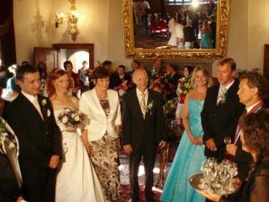 prvý manželský prípitok s rodičmi a svedkami...