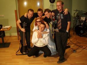 jedno oficiálne foto kapely s mladomanželmi
