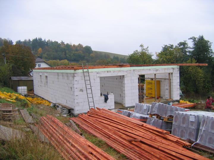Nas domcek-upraveny bungalov 881 Euroline - a ide sa na krov