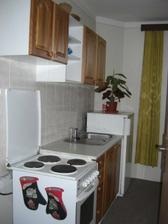 Kuchyňka náležející k apartmánu.