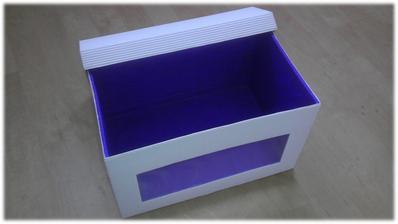 Truhlička na přáníčka ... aneb pár hodin práce (krabicový karton, vlnitá lepenka, fialový krepák, zatavená eurofolie)