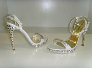 Svatební botky - podpatek je 11cm - naštěstí jsem zvyklá :-)...... musím trochu nahnat výškový rozdíl 35cm :-), :-)