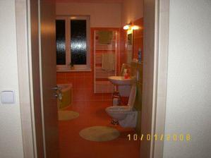 Pohled do koupelny z chodby