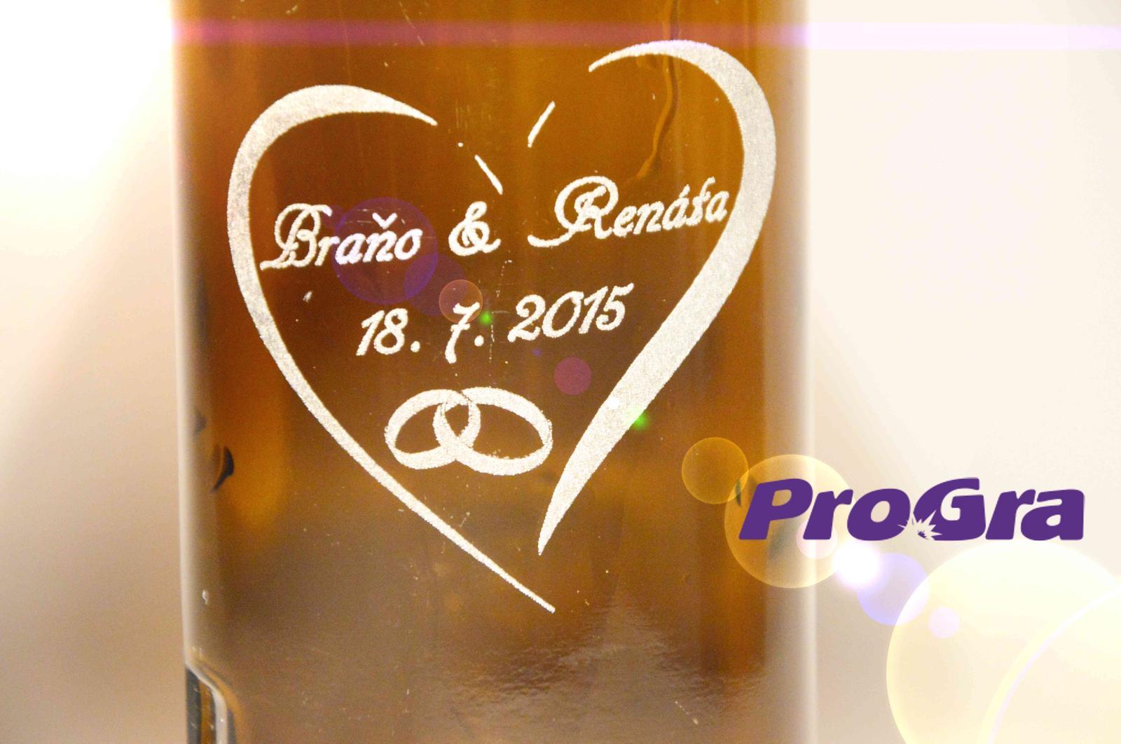 Originální Svatební Doplňky - Gravírování přinesených lahví na výslužky od ProGra