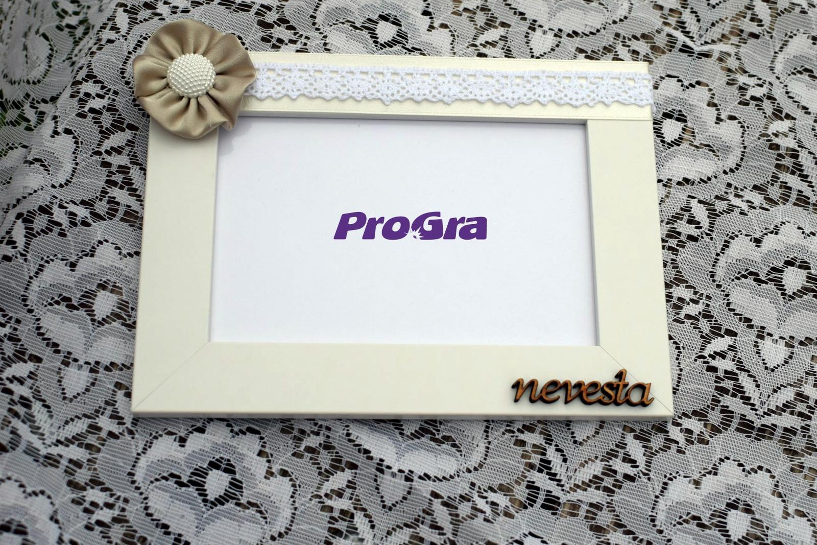 Originální Svatební Doplňky - fotorámeček zdobený krásnou ručně šitou květinou a nápisem - na požádání je možné nápis změnit