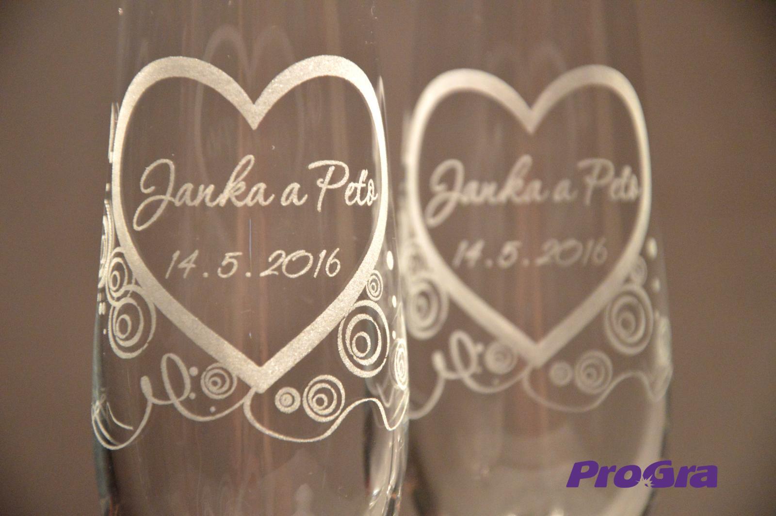 Svatební skleničky - detail gravírování grafiky 21 z naší nabídky na svatebních sklenicích Carmelitta
