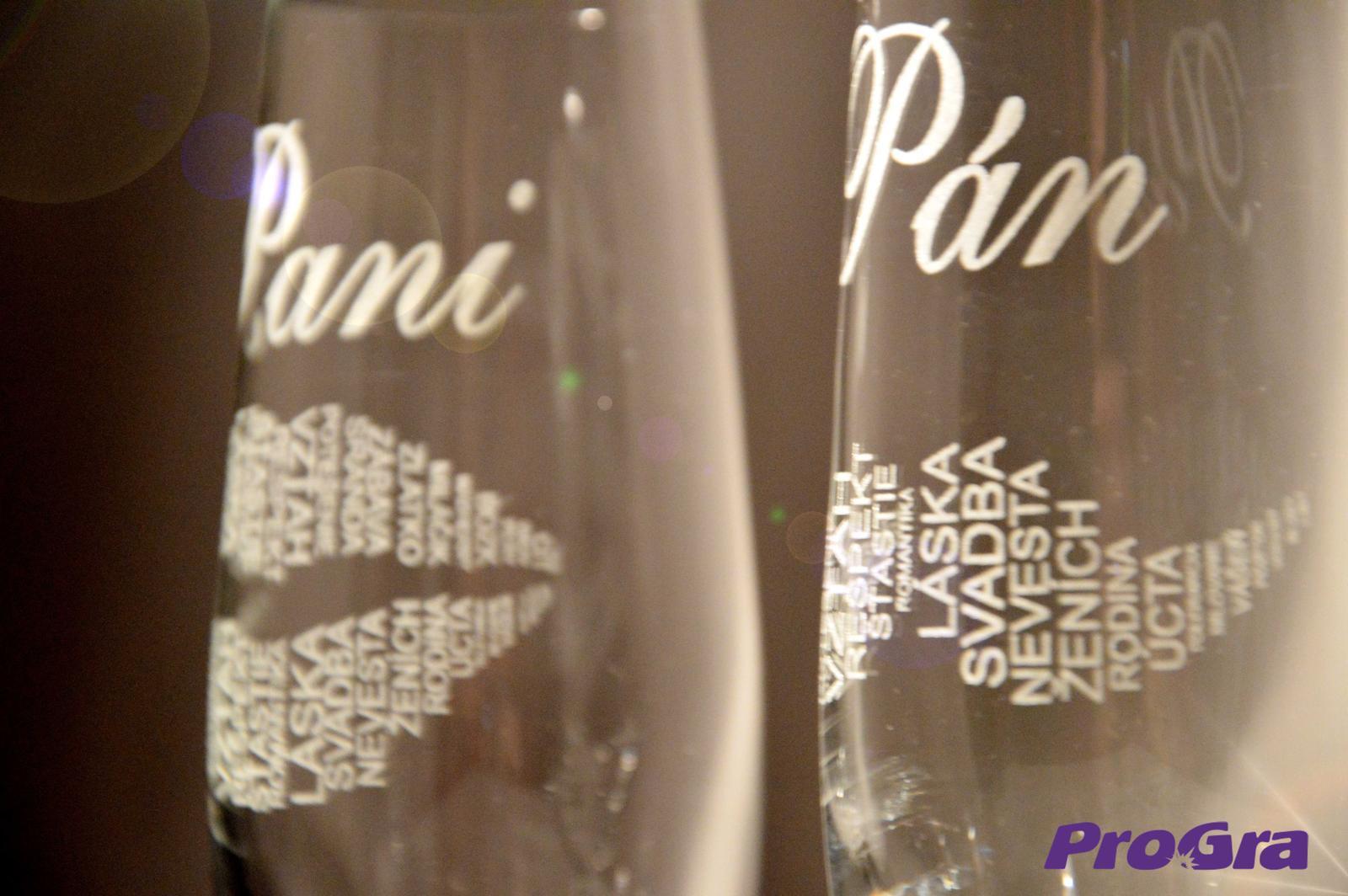 Svatební skleničky - Detail gravírování grafiky 26 na svatebních sklenicích Carmelitta z naší nabídky