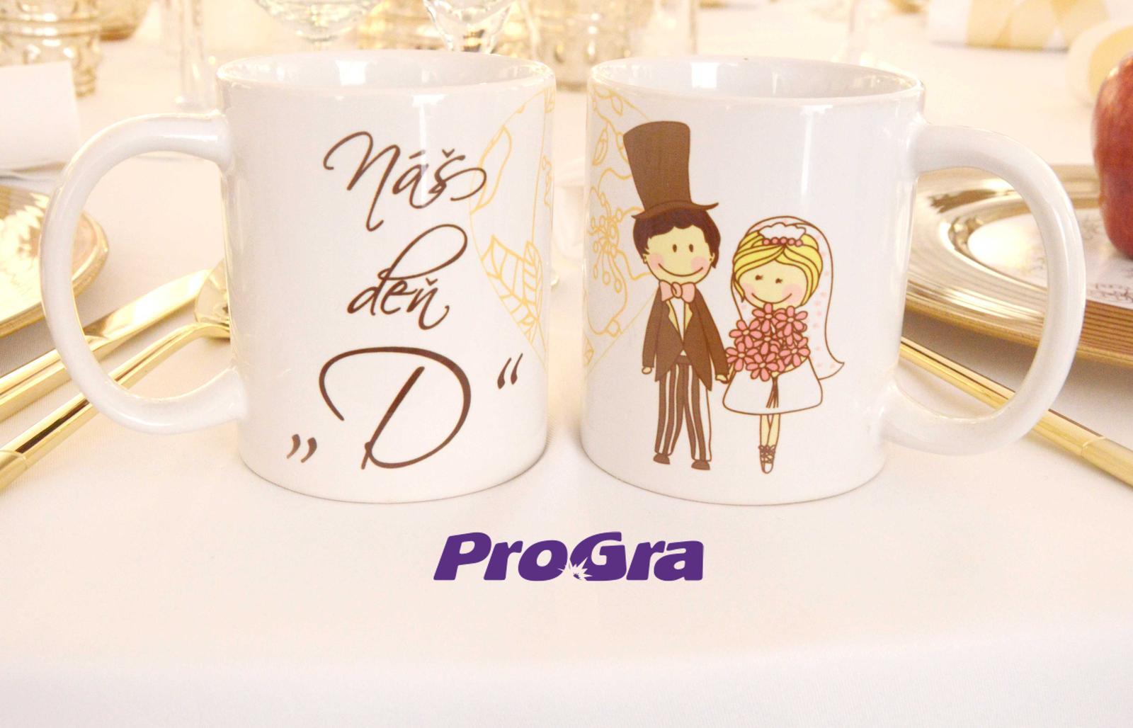 """Originální Svatební Doplňky - Náš den """"D"""" - set 2 ks hrnků s milou grafikou z naší nabídky"""
