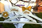 Krásné bílé vintage věšáky pro nevěstu a ženicha s ptáčky