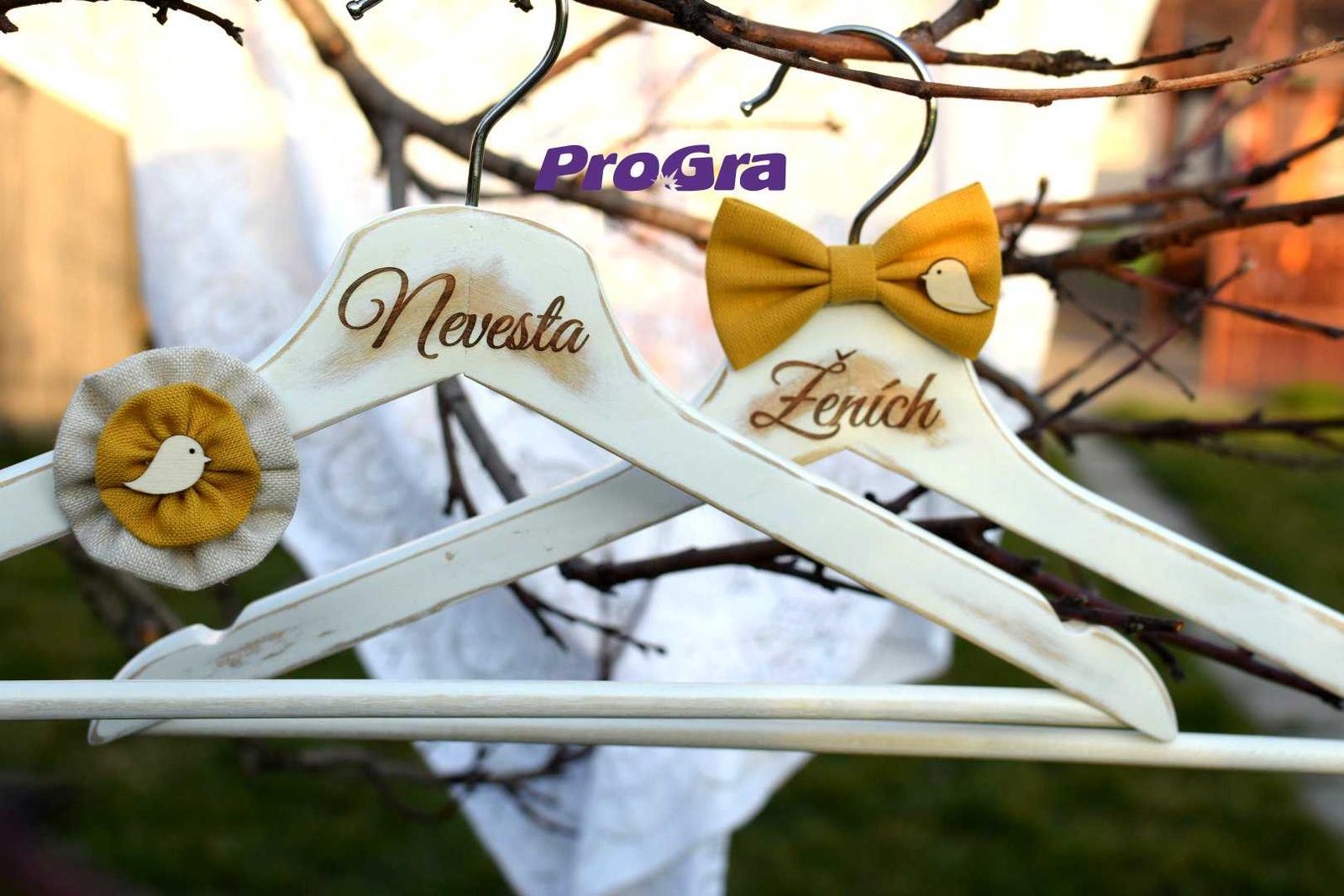 Originální Svatební Doplňky - Krásné bílé vintage věšáky pro nevěstu a ženicha s ptáčky