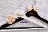 Elegantní svatební věšáky s ručně šitou saténovou dekorací