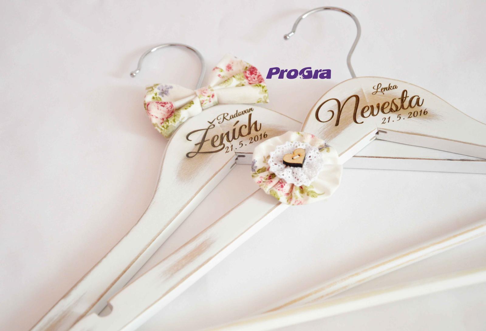 Originální Svatební Doplňky - personalizované svatební vintage věšáčky V. z naší nabídky