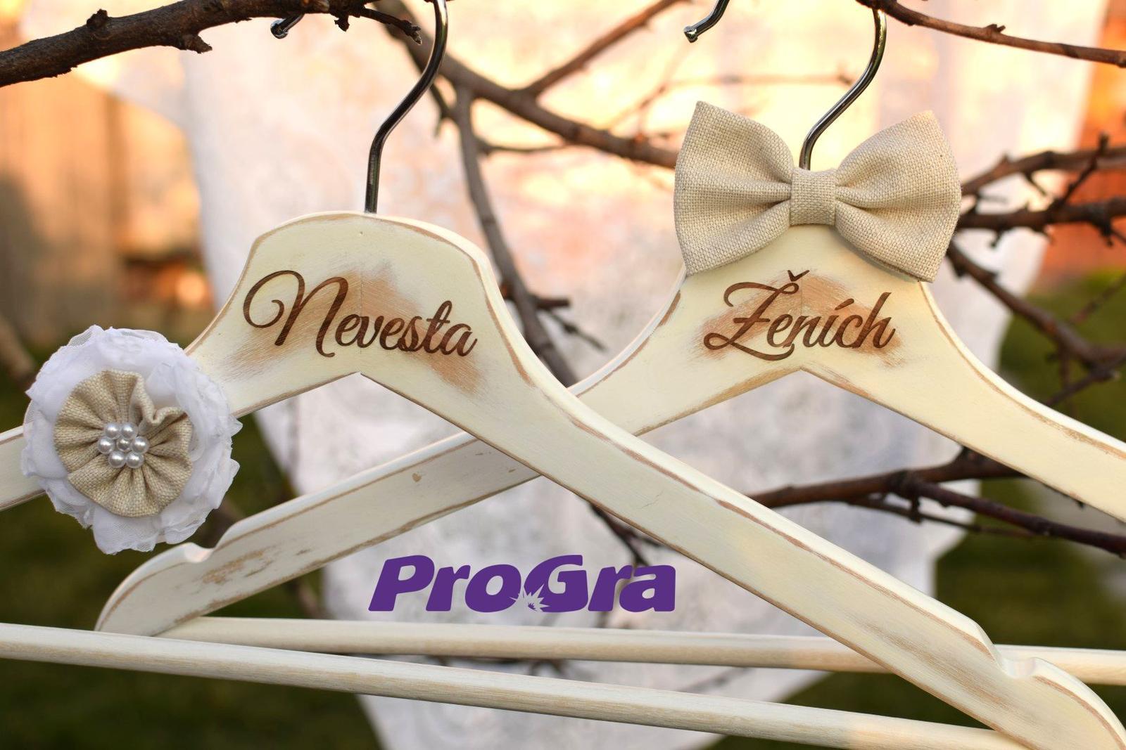 """Originální Svatební Doplňky - Jednoduché a krásné svatební věšáky pro nevěstu a ženicha ve stylu """"natur""""."""