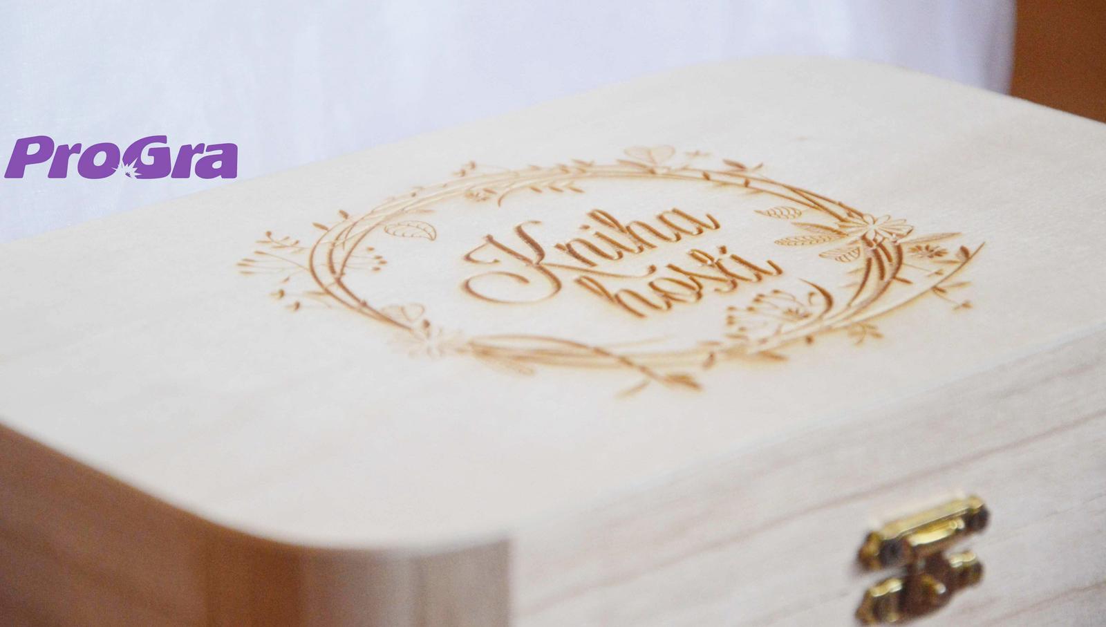 """Originální Svatební Doplňky - Set """"Kniha hostů"""" - krabička + 150 ks srdíček + pero - gravírování samozřejmě i v češtině"""