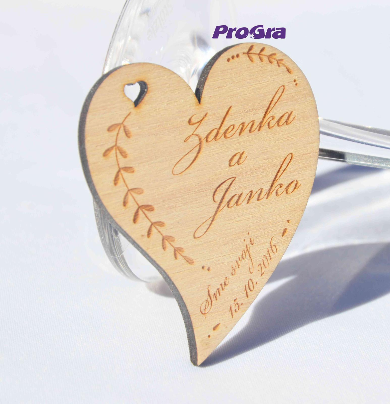 Originální Svatební Doplňky - Obdarujte své svatební hosty krásnými gravírovanými magnetkami ve tvaru srdíčka.