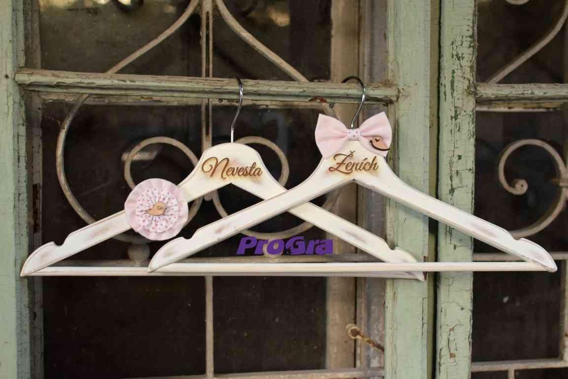 Originální Svatební Doplňky - Svatební vintage věšáky s ptáčky s růžovými ozdobami - v případě zájmu vygravírujeme jména a datum svatby.