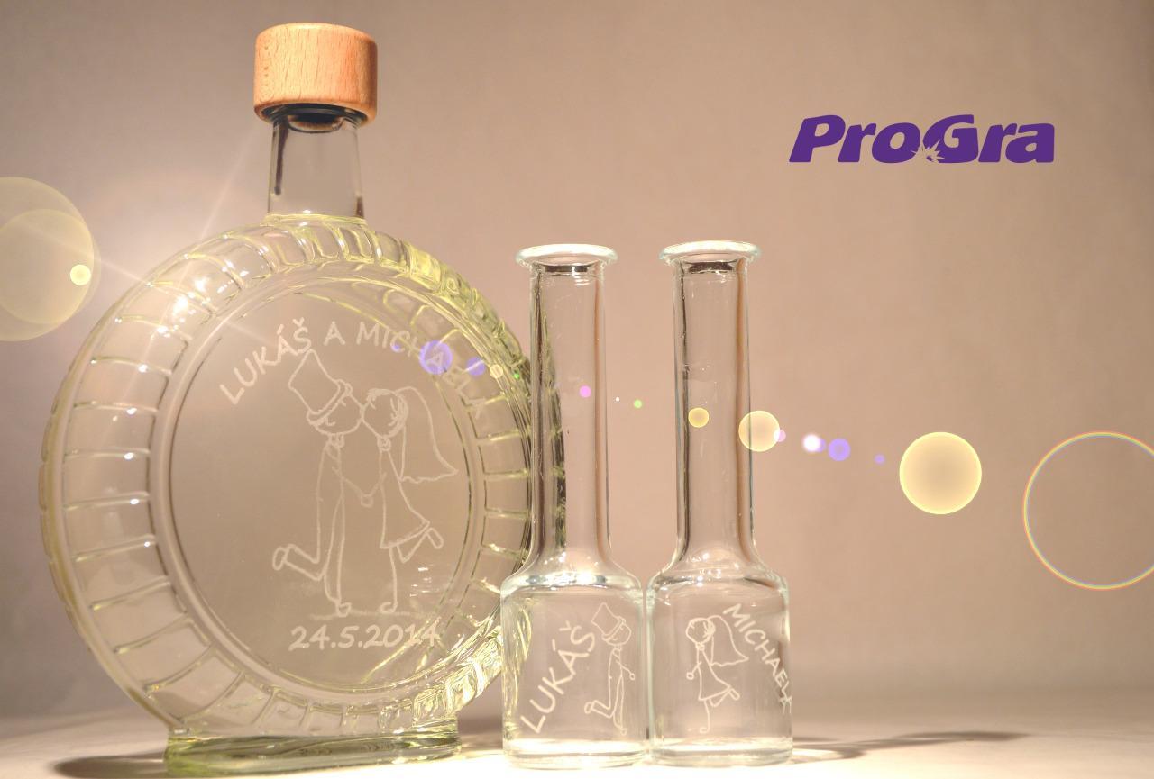 Originální Svatební Doplňky - Veselá sada lahve a 2 panáku se svatební grafikou.