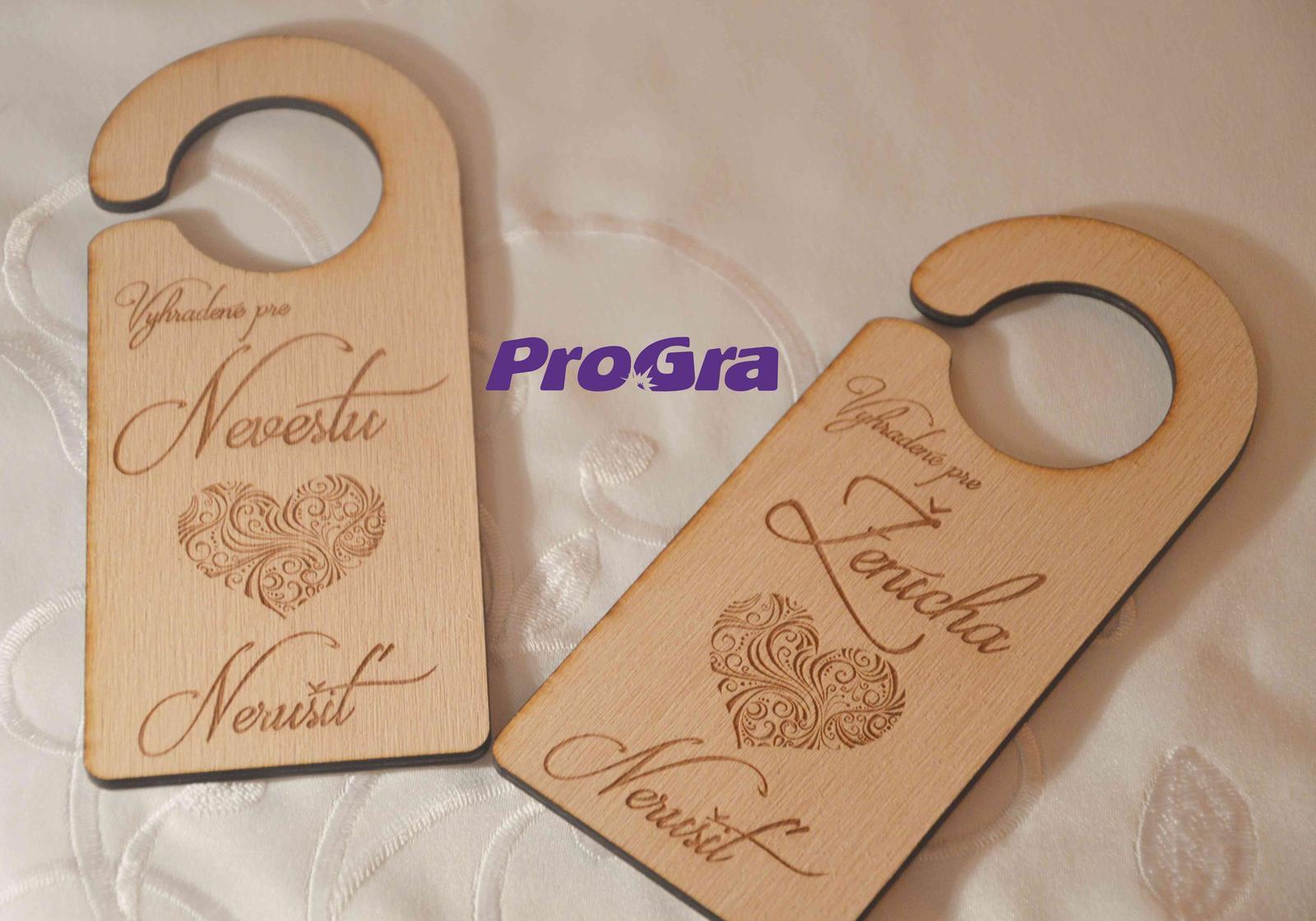 Originální Svatební Doplňky - Elegantní závěsy na kliku se svatební grafikou zvlášť pro ženicha a zvlášť pro nevěstu.