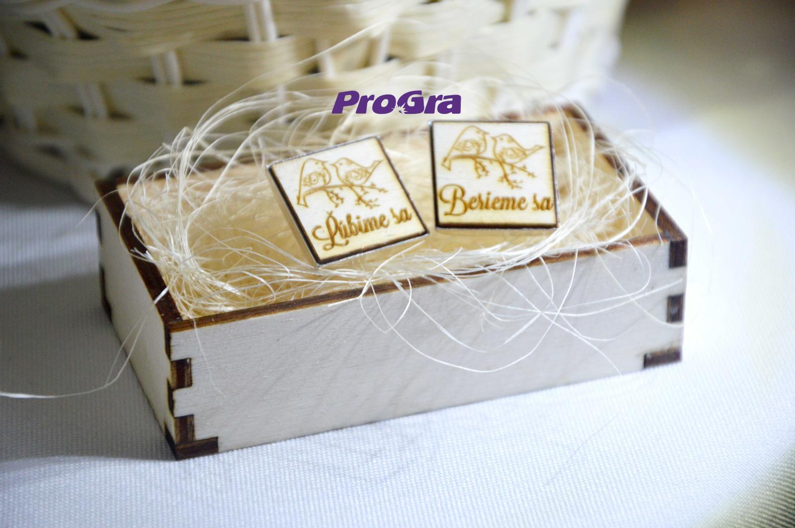 Originální Svatební Doplňky - čtvercové dřevěné manžetky v dřevěné krabičce - možnosť personalizace