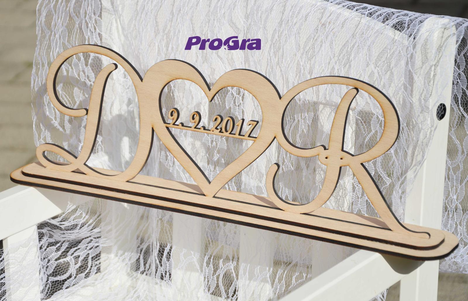 """Originální Svatební Doplňky - Svatební stojánek s iniciálami - krásná památka, která zdobí Váš domov i po dni """"D"""""""
