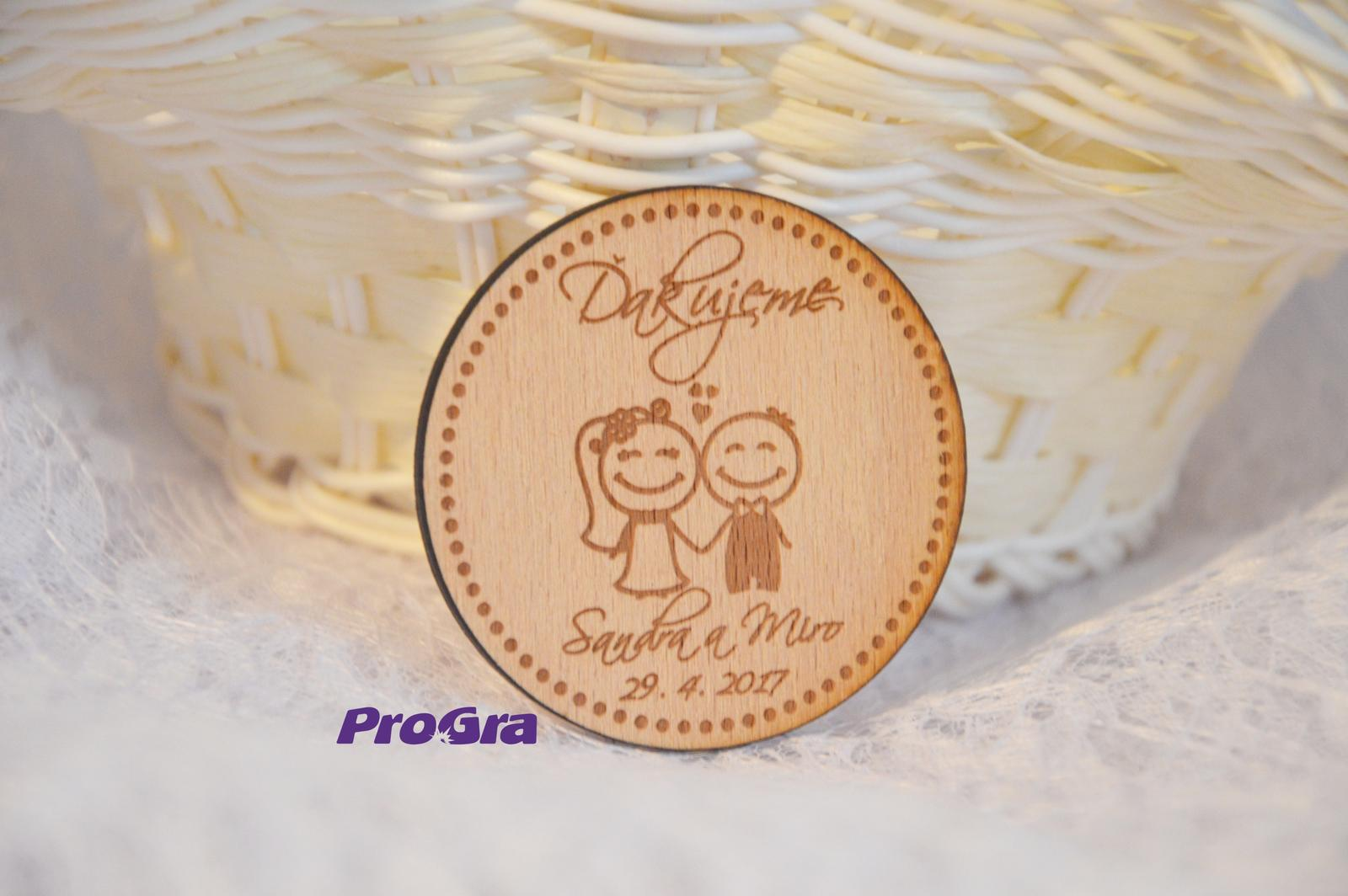 Originální Svatební Doplňky - Malý dřevěný magnet se svatebním tématem nevěsty a ženicha