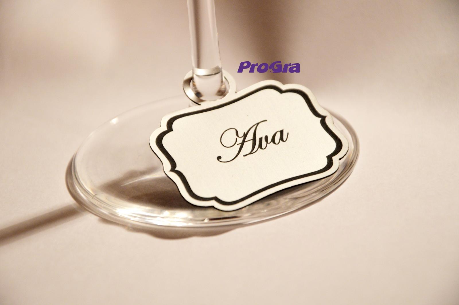 Svatební skleničky - Takto sme mali označené naše poháriky na výstavách a viacerým sa menovky páčili - dali by sa využiť ako zasadací poriadok na svadbe - ak Vás zaujali - radi Vám pripravíme cenovú ponuku na základe želaného počtu ks - napíšte nám: prograsro@gmail.com